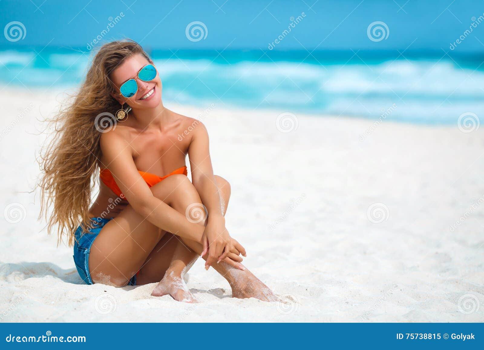 使美丽的热带妇女靠岸