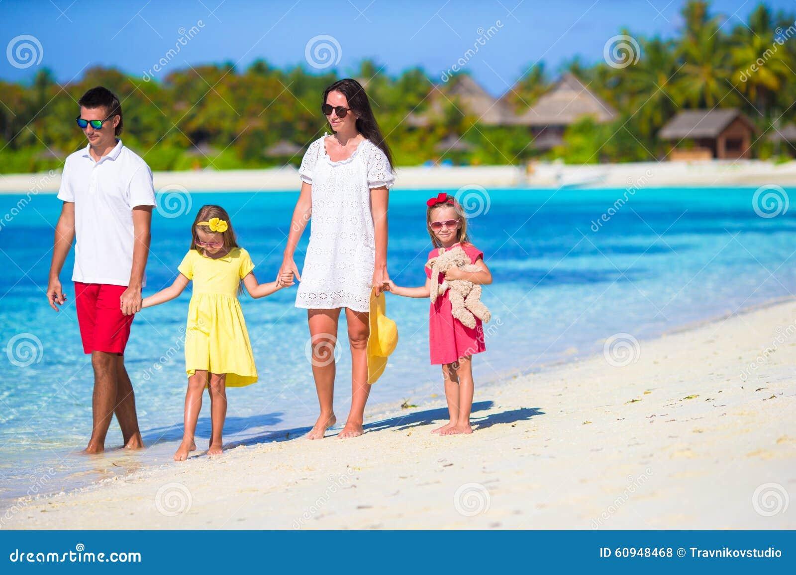 使系列四沙子热带假期空白年轻人靠岸