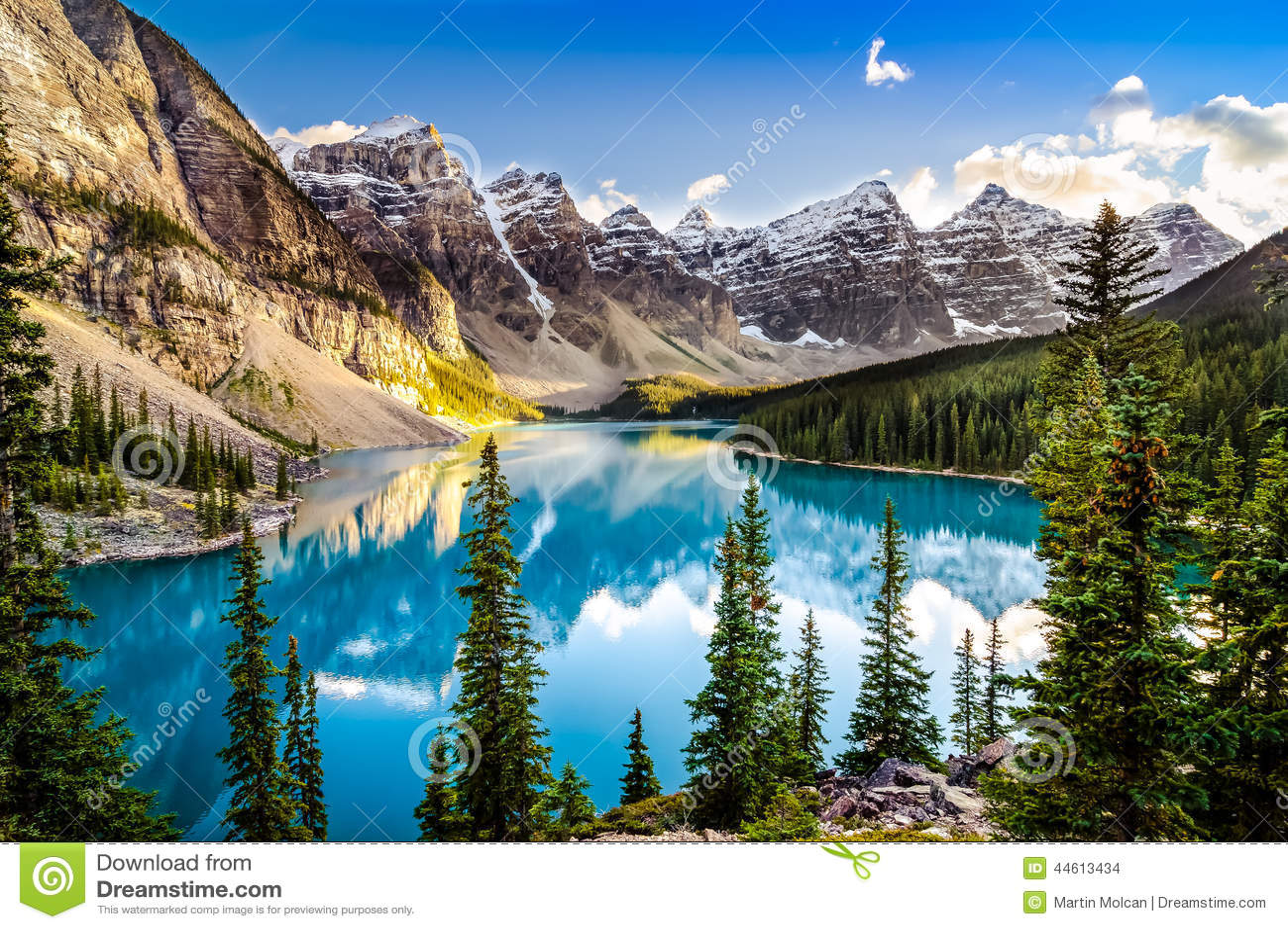 使Morain湖和山脉环境美化日落视图