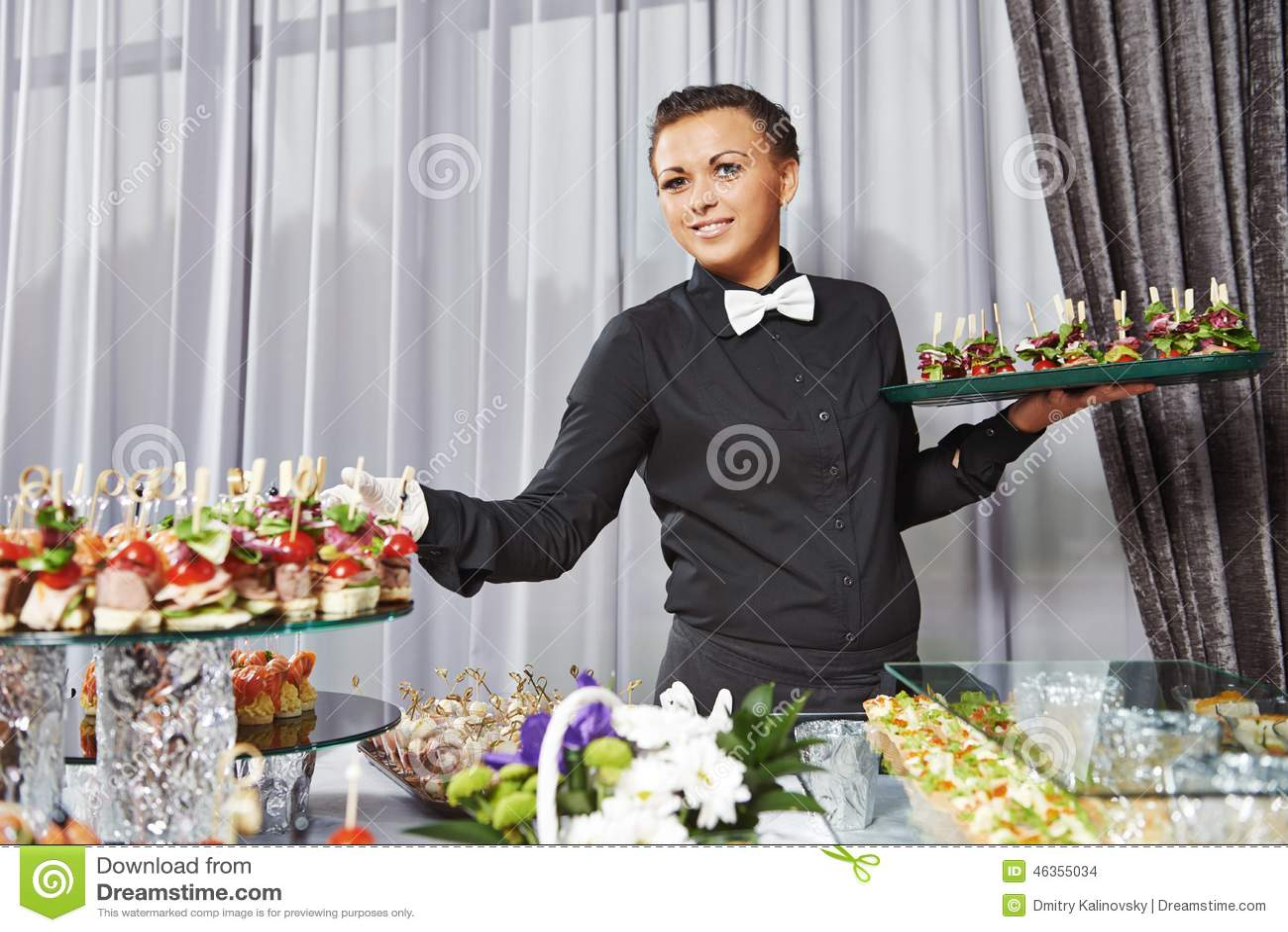 侍者服务承办酒席桌