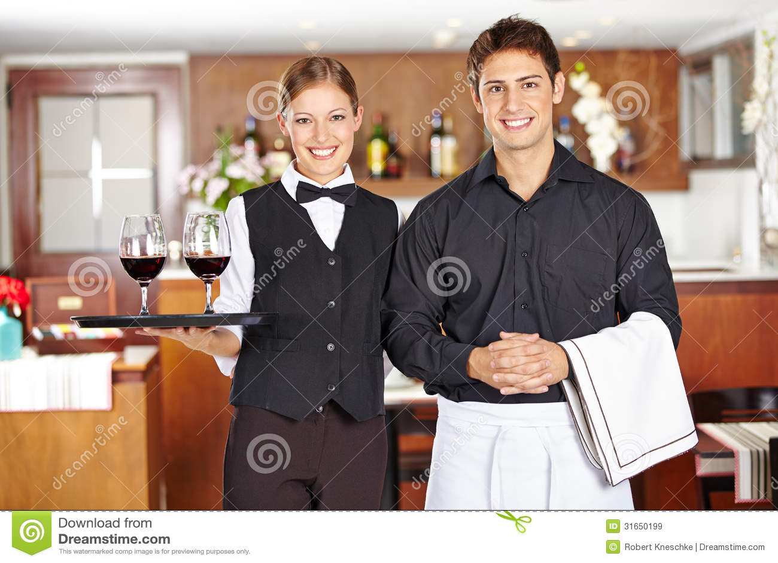 侍者职员队在餐馆