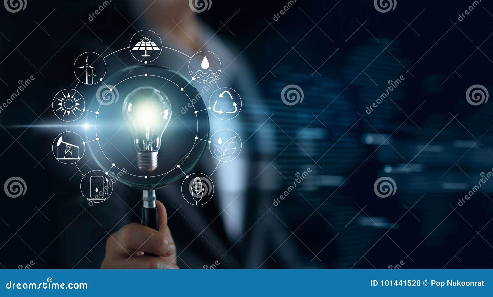 供以人员举行放大镜和电灯泡,网络的serch