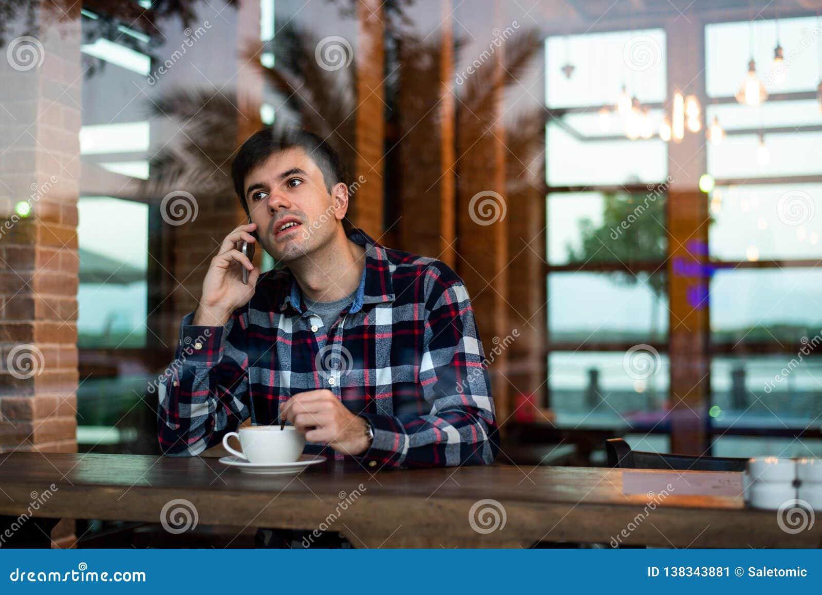 供以人员喝咖啡在酒吧