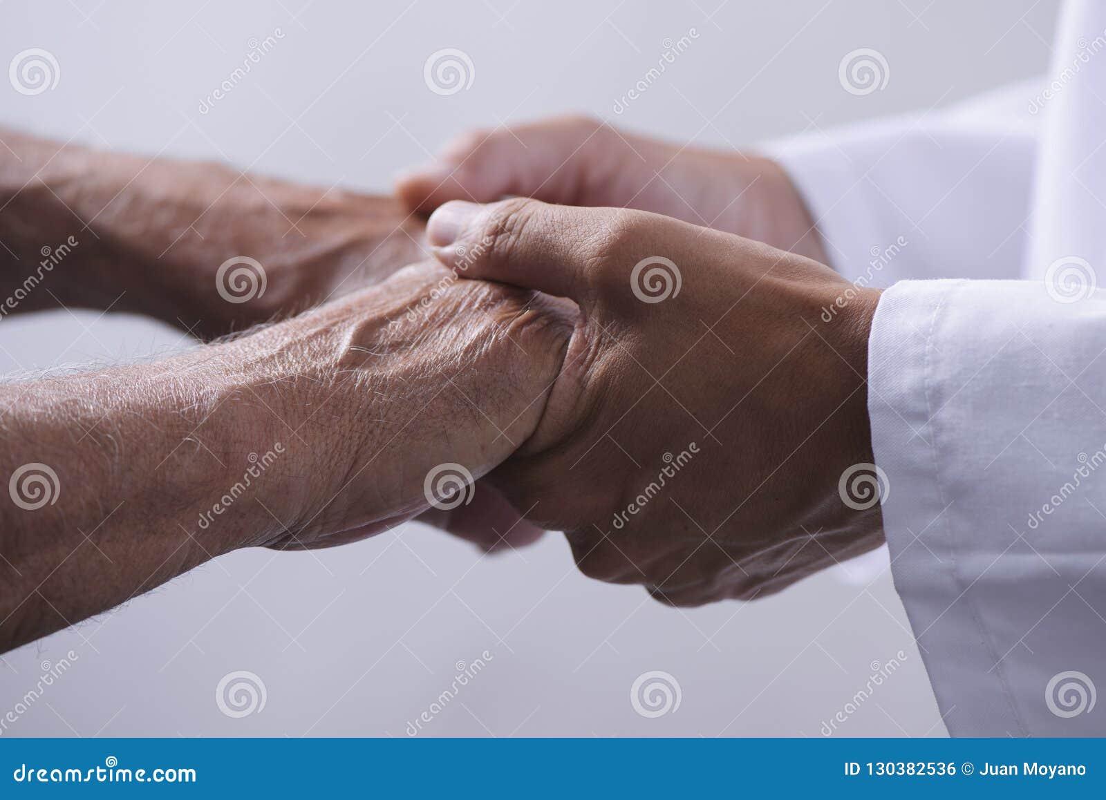 供以人员握一名老人的手