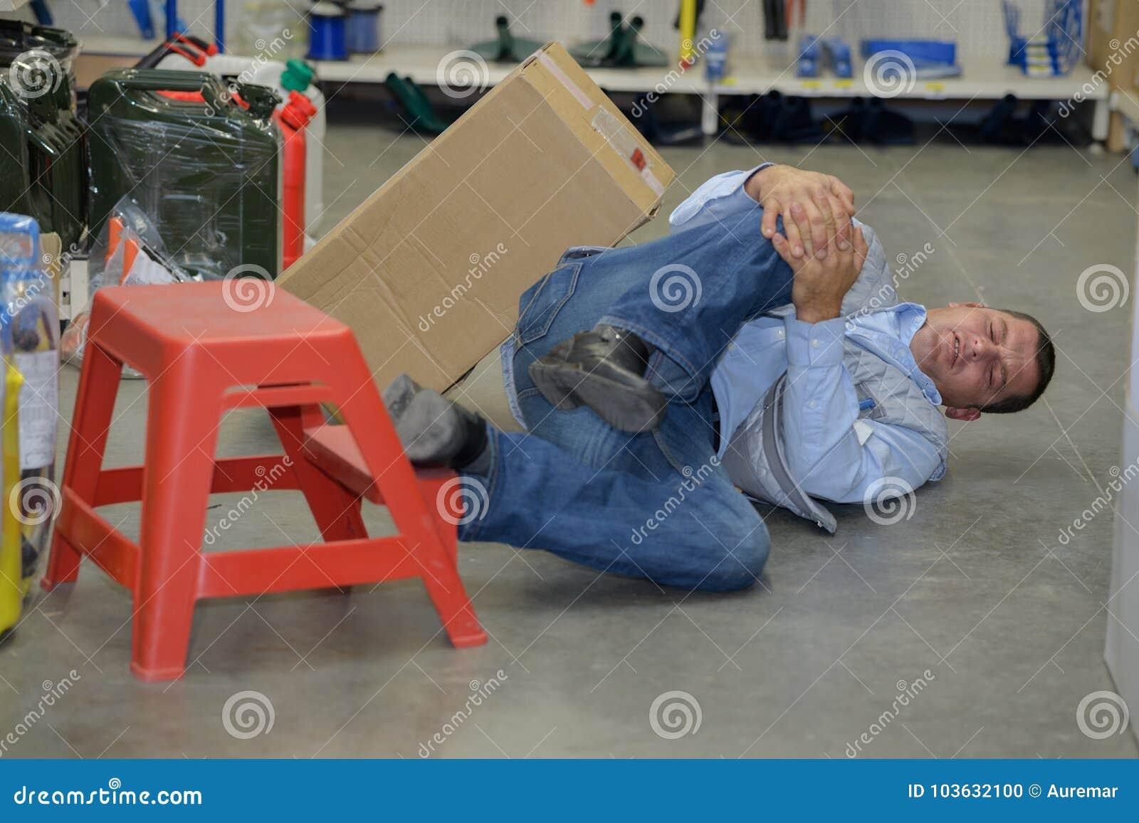供以人员有膝伤概念工伤事故的工作者