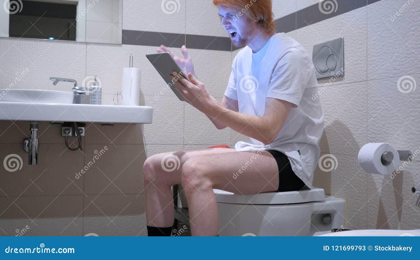 供以人员起反应对在片剂个人计算机的失败在洗手间,洗脸台