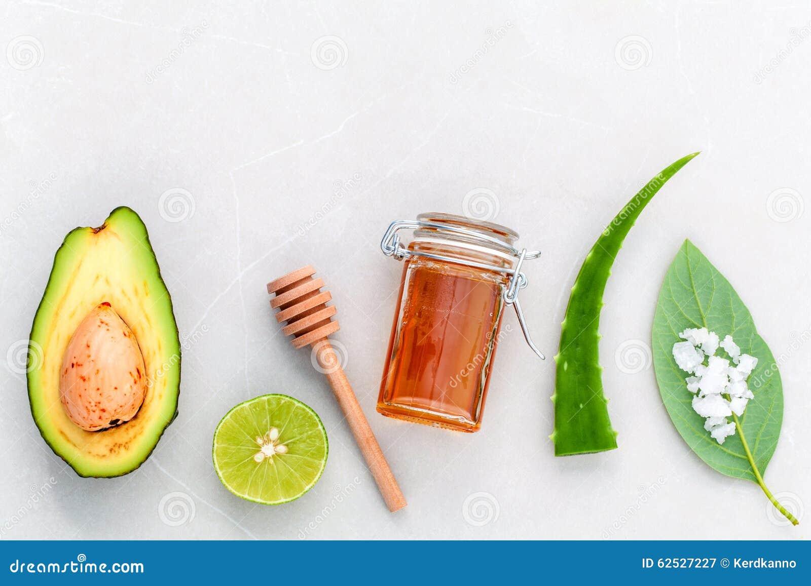 供选择的护肤和洗刷新鲜的鲕梨,叶子, sa海