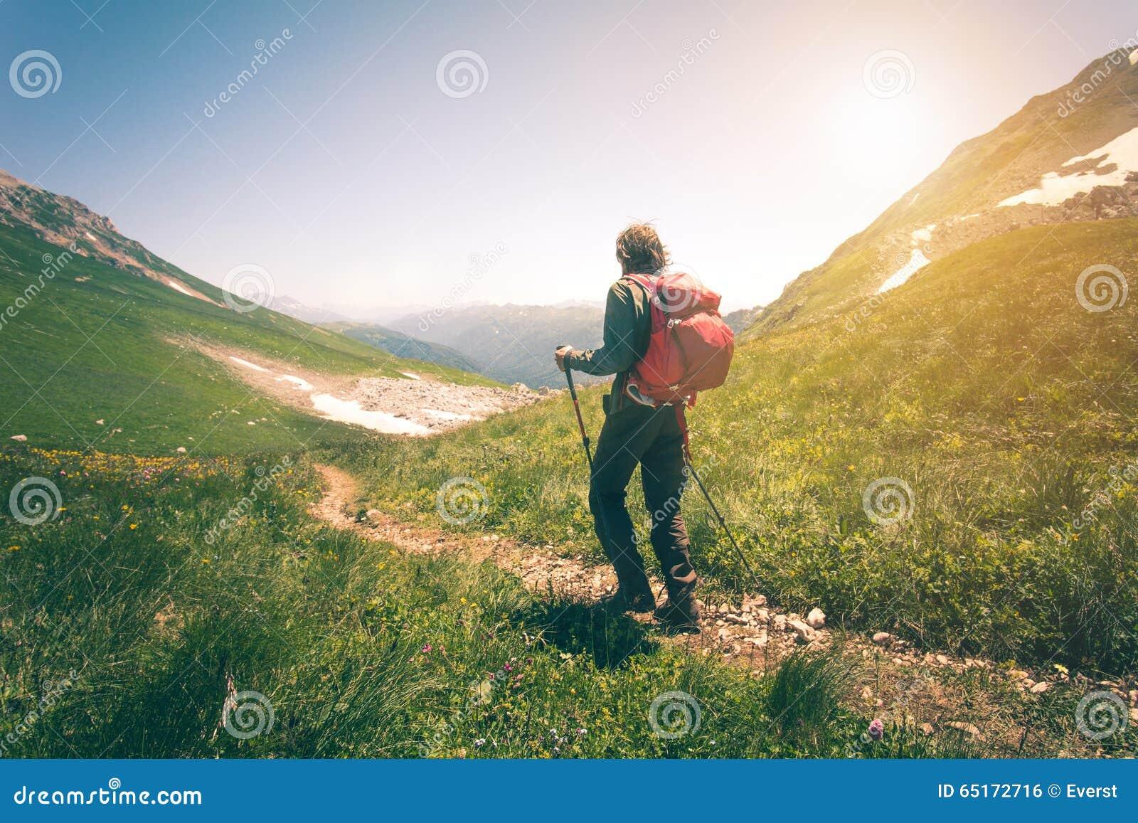 供以人员有远足室外旅行生活方式的背包的旅客