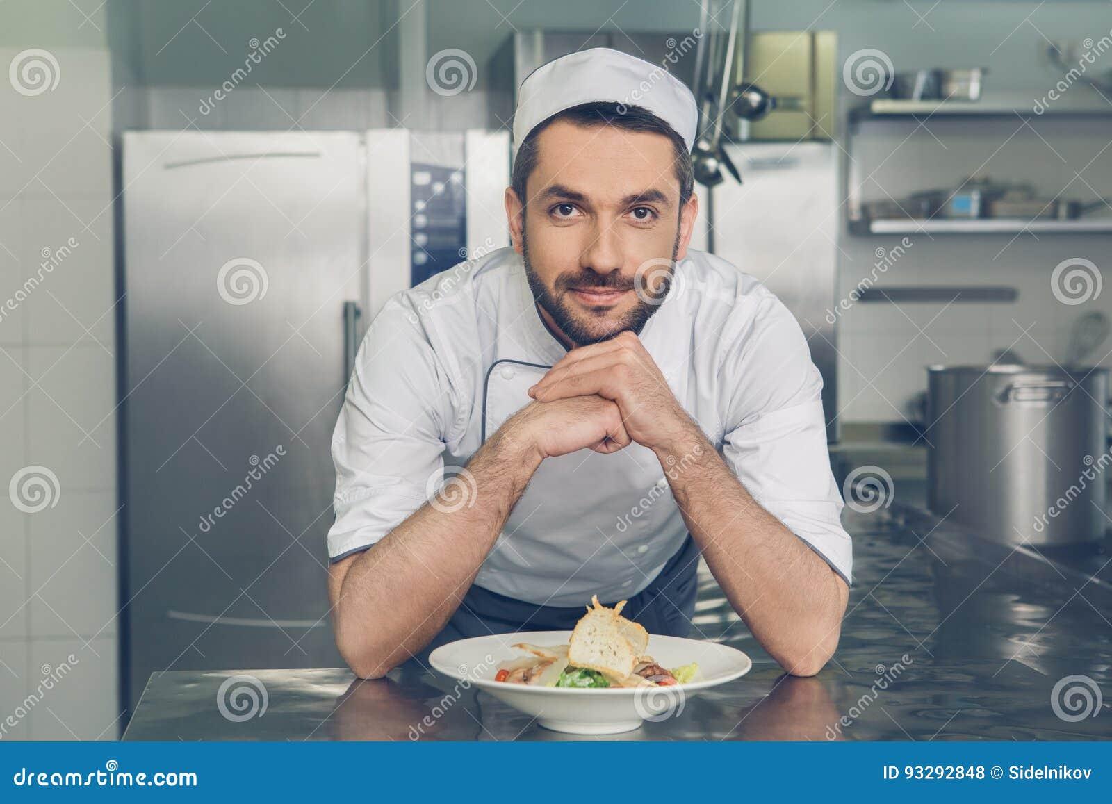 供以人员烹调在厨房里的日本餐馆厨师