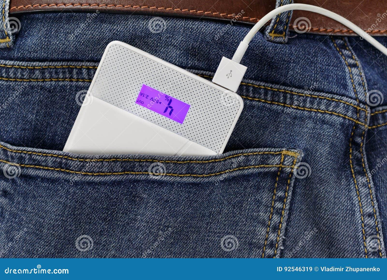 供给有连接USB缆绳的银行动力在牛仔裤特写镜头的后面口袋