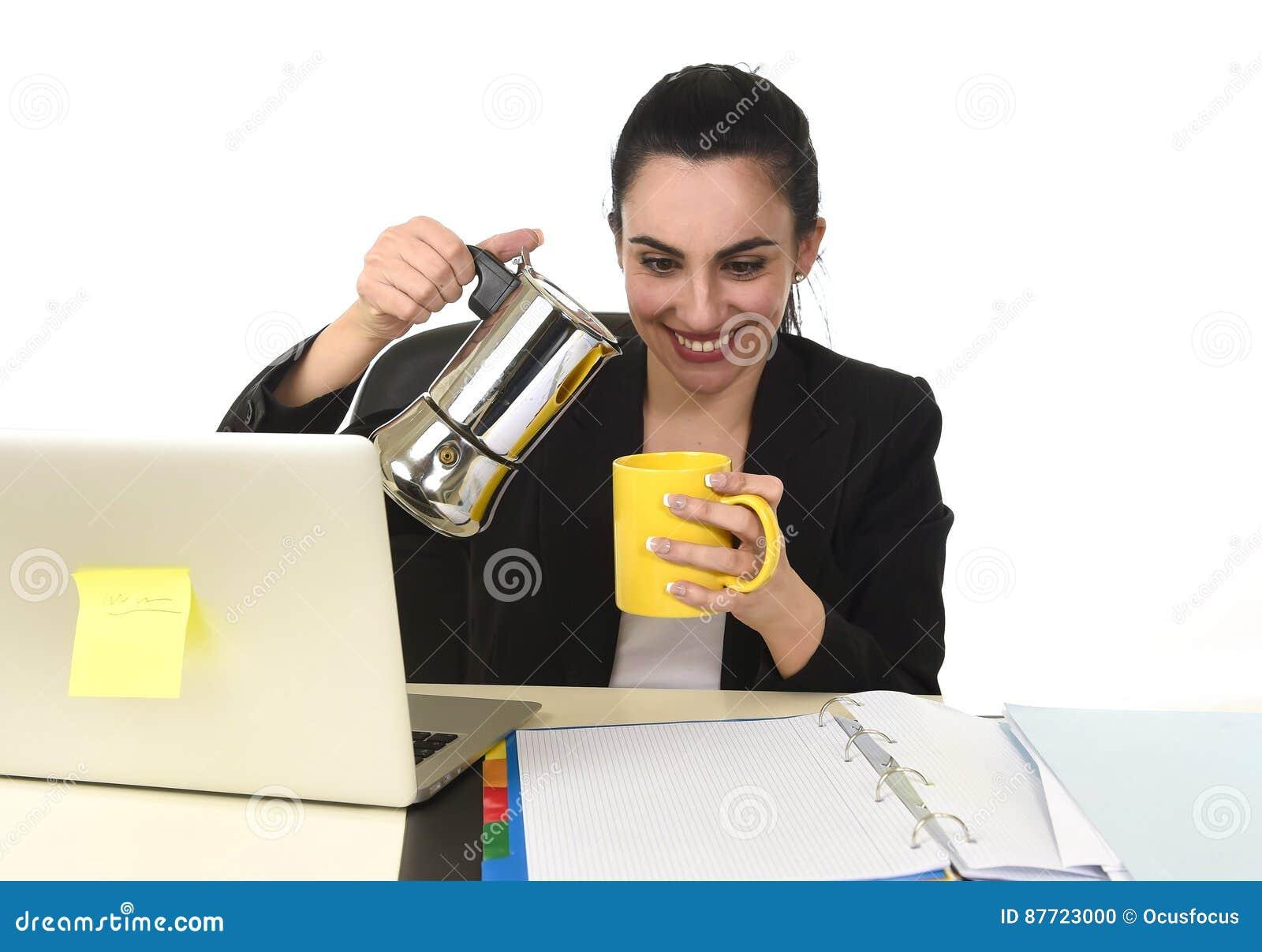 便携式计算机书桌饮用的咖啡的女商人激动和急切在咖啡因瘾