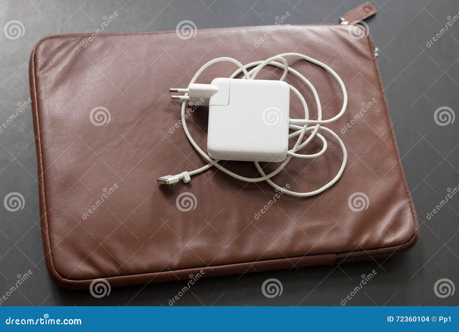 便携式计算机白色充电器褐色皮革盒