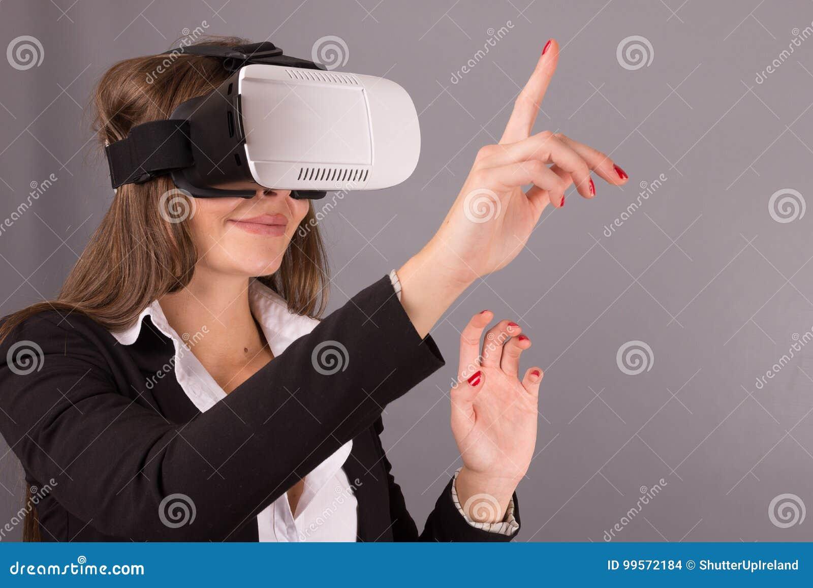 便携的技术VR玻璃的女商人 一套西装的确信的少妇在虚拟现实耳机
