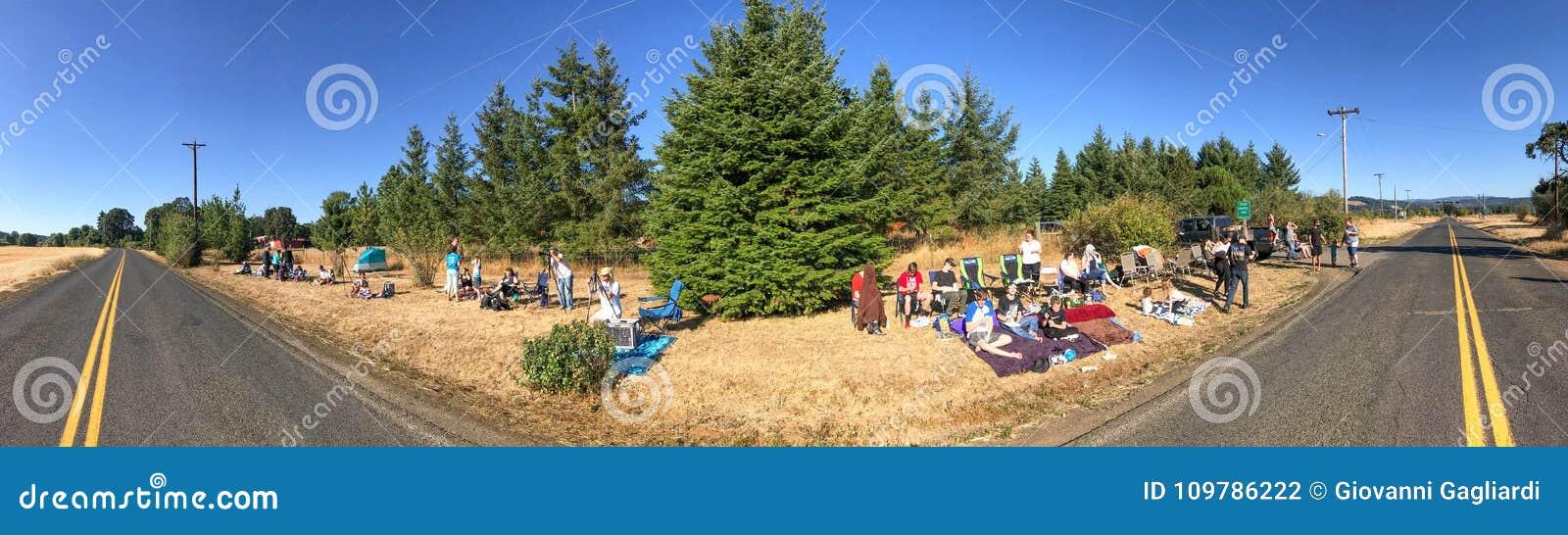 俄勒冈,美国- 2017年8月21日:游人和本机等待tota
