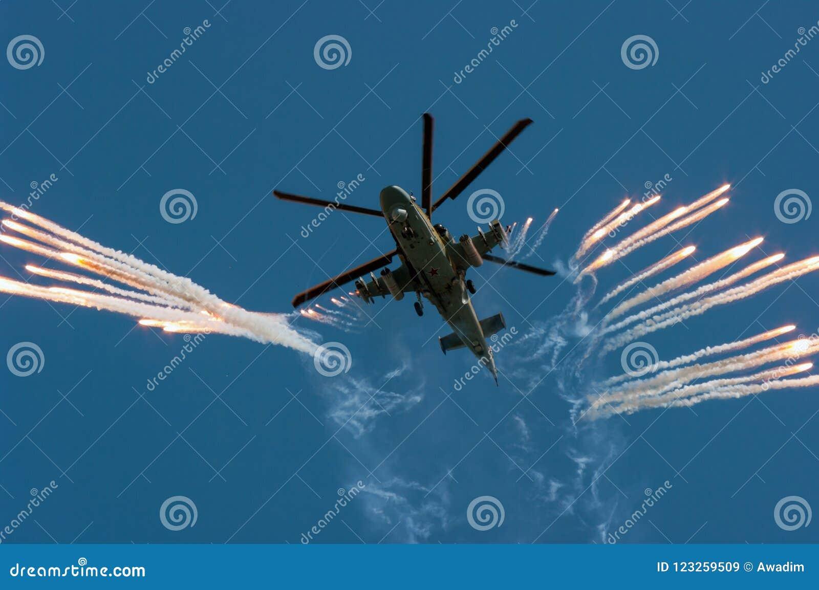 俄国军事直升机钾52射击热诱饵在空展示