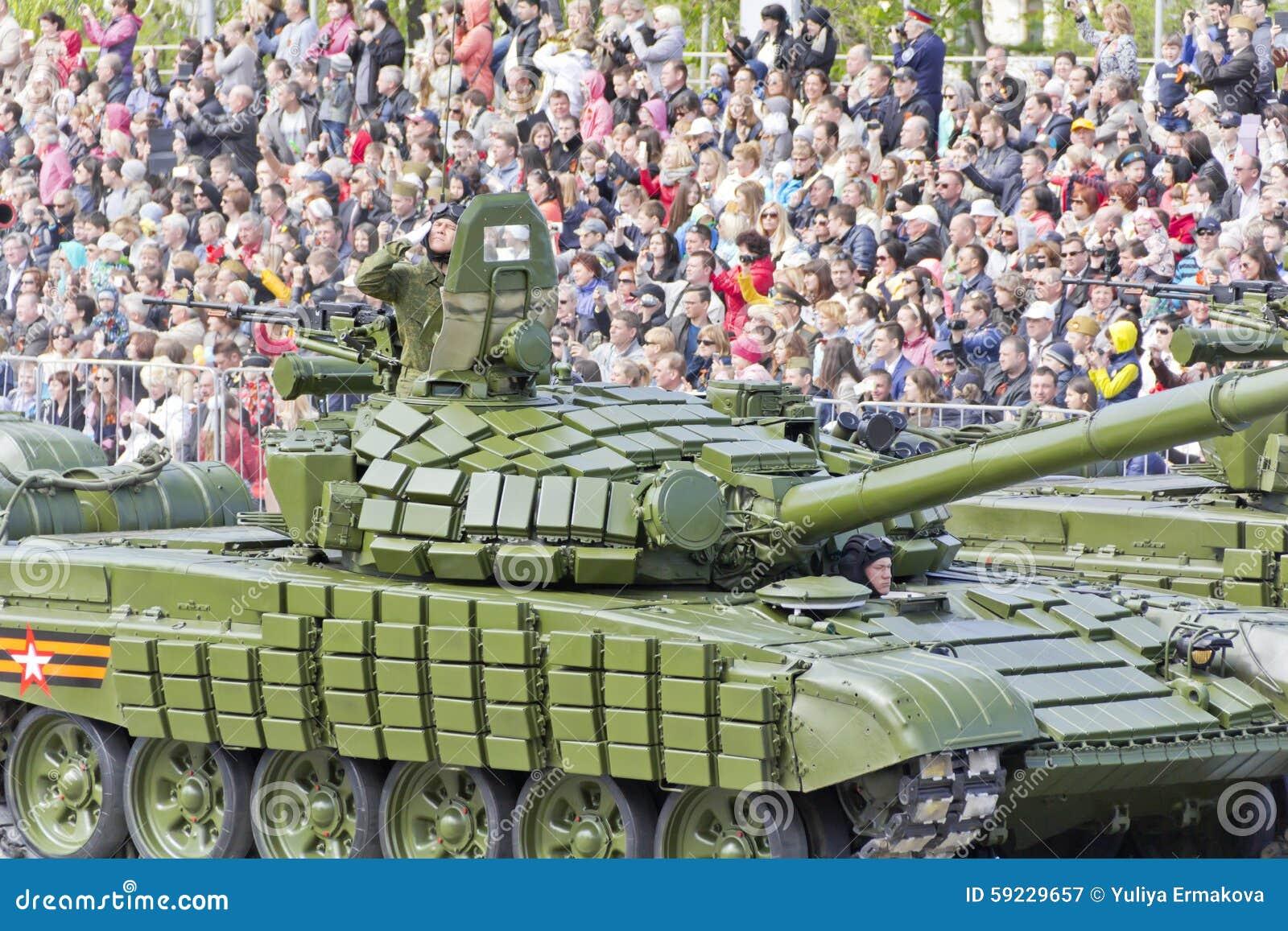 俄国军事运输在游行在每年胜利天