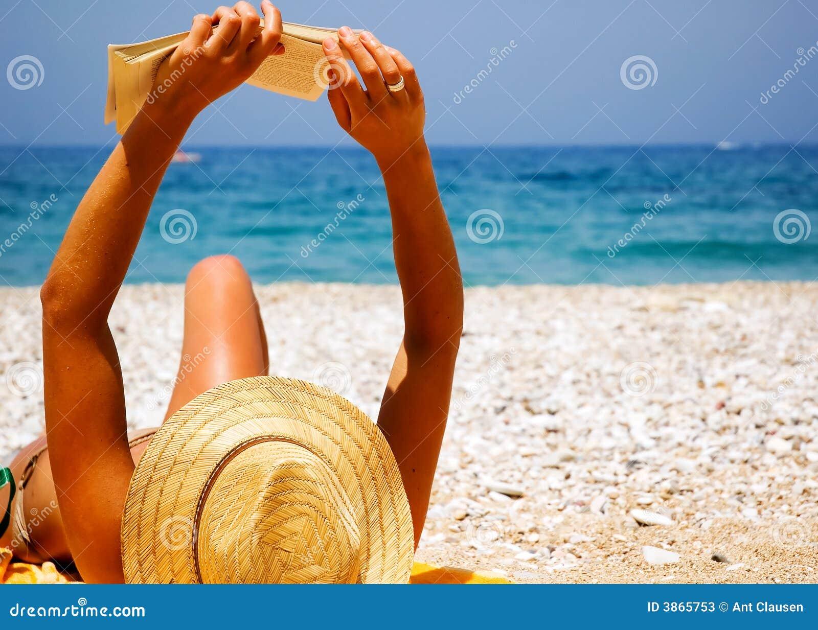 俏丽海滩的女孩