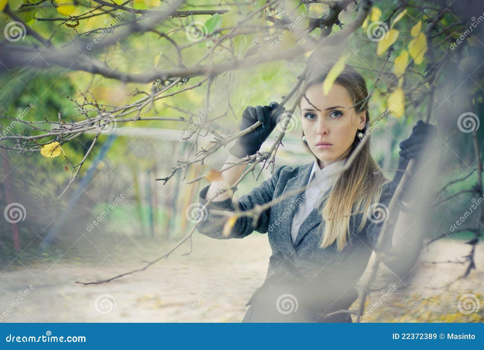 俏丽的女孩在公园