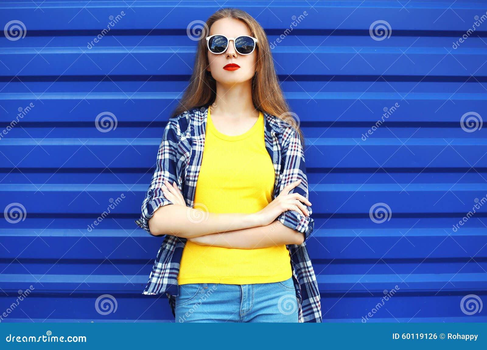 俏丽的女孩时尚画象太阳镜的