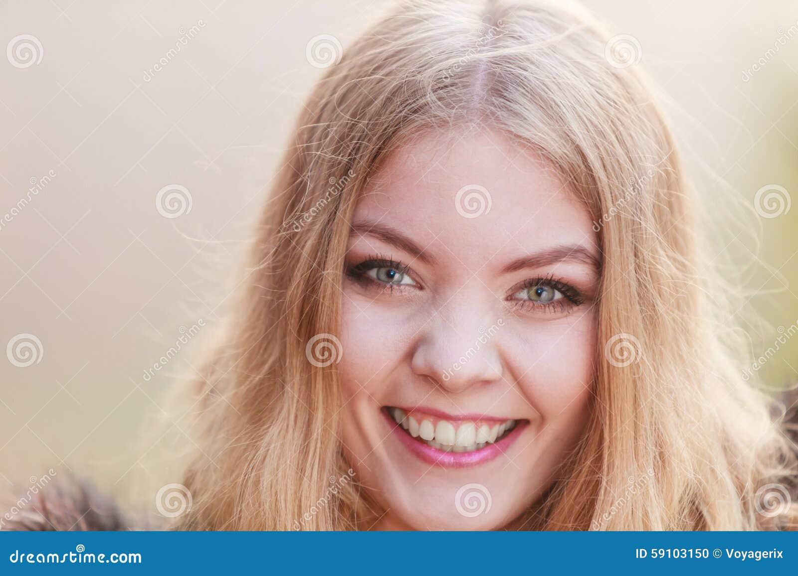 俏丽的微笑的妇女女孩画象