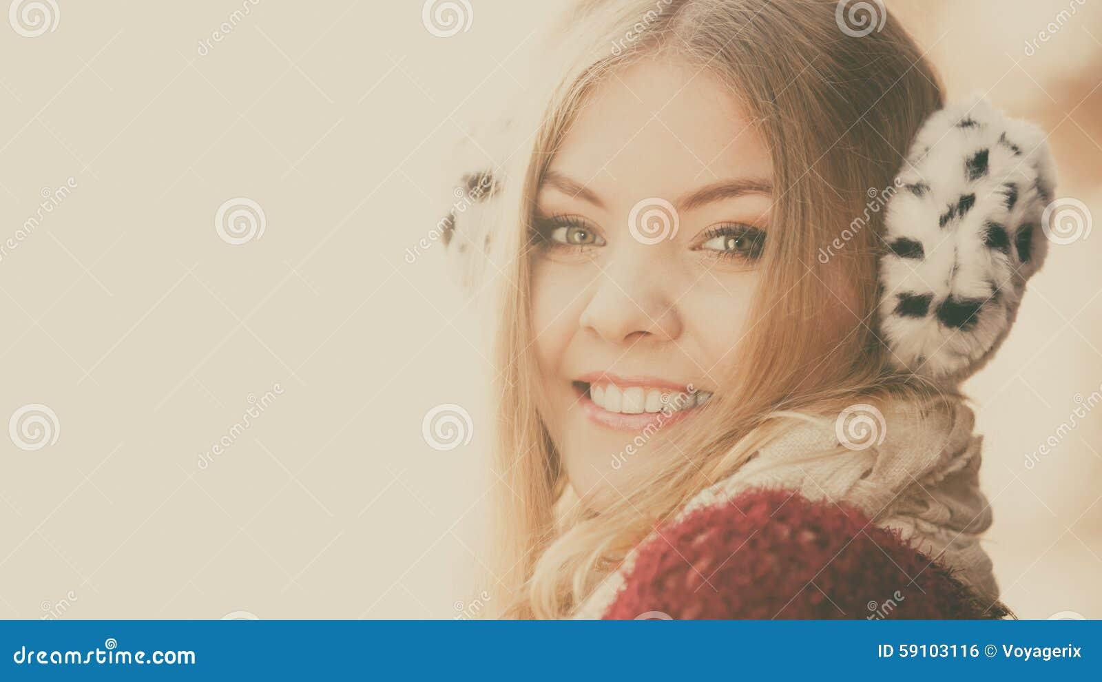 俏丽的微笑的妇女画象毛皮御寒耳罩的