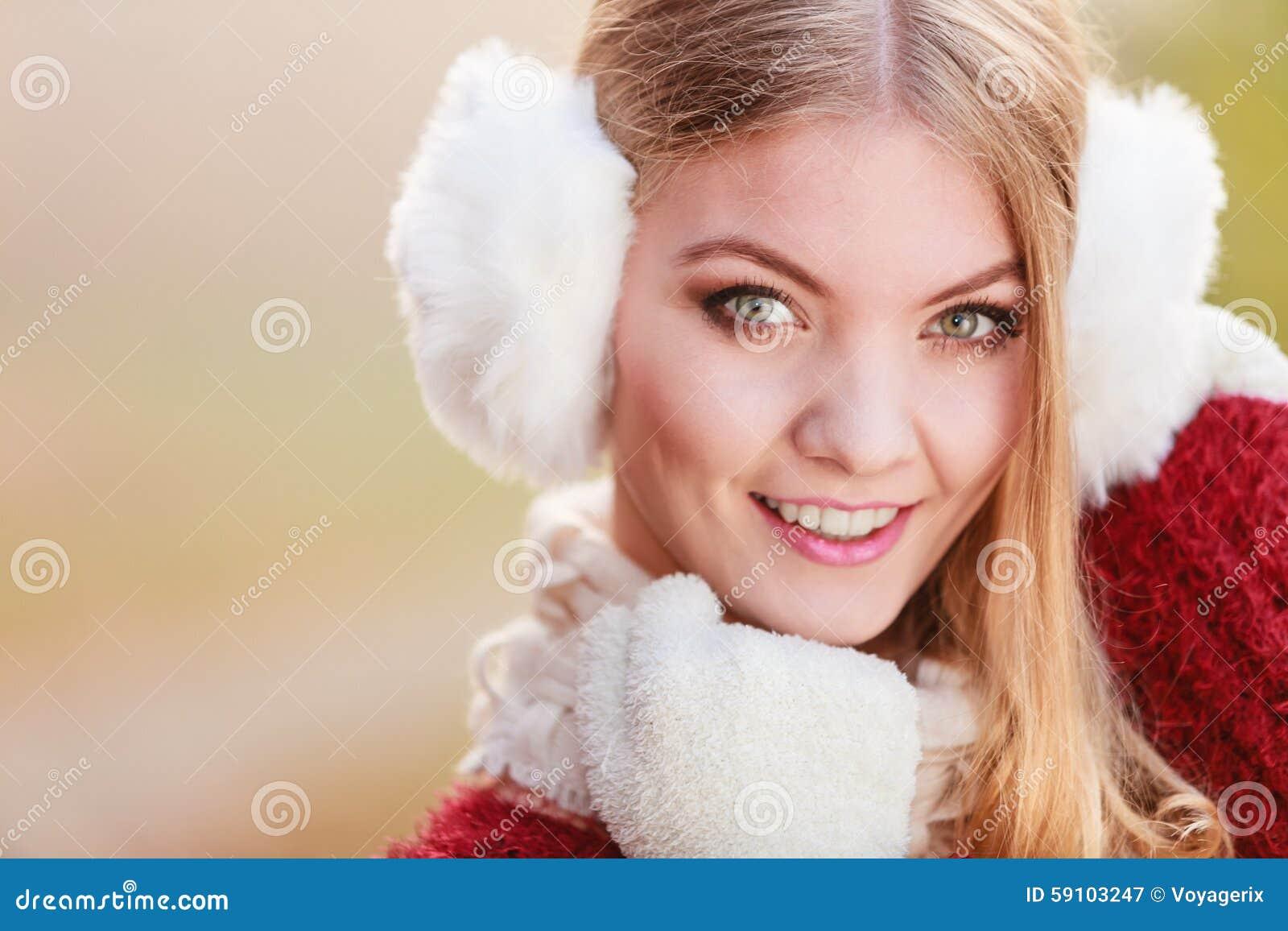 俏丽的微笑的妇女画象白色御寒耳罩的