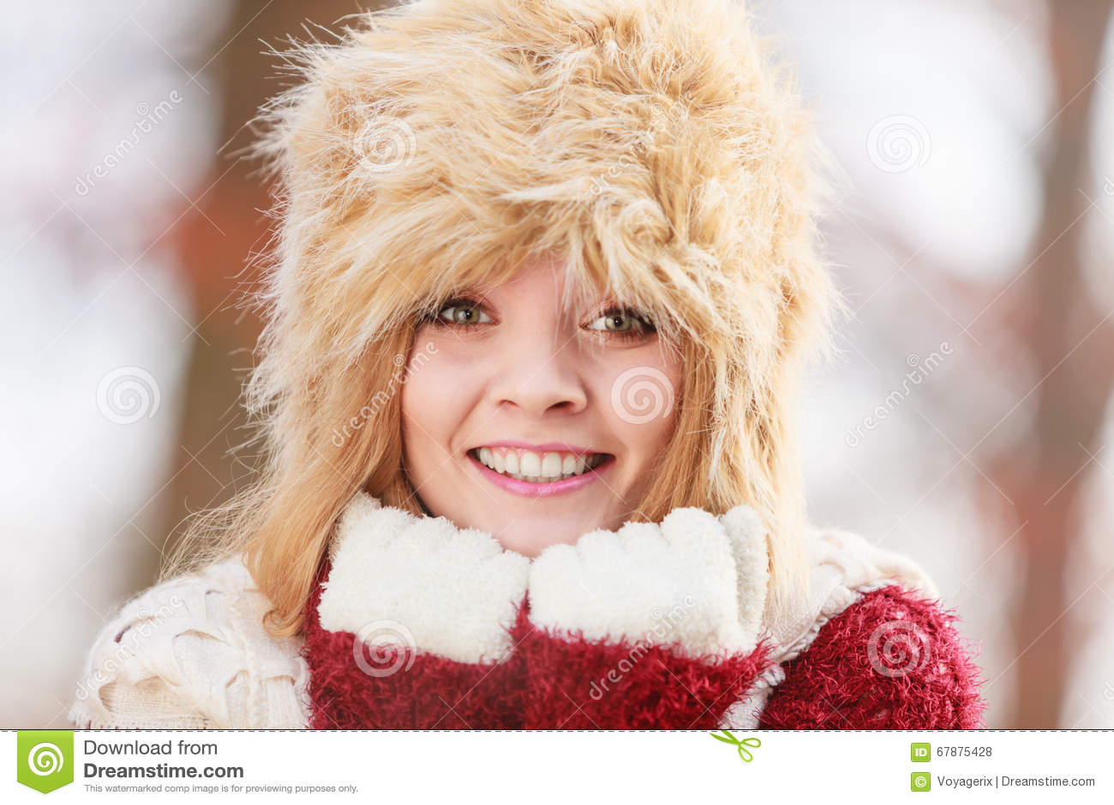 俏丽的时尚妇女画象毛皮冬天帽子的