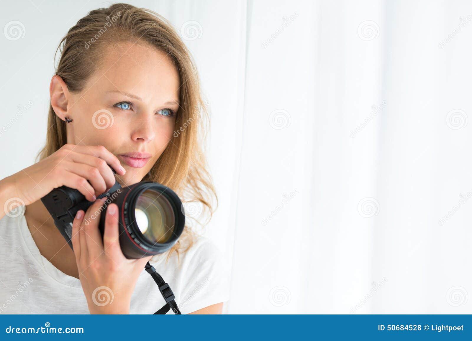 Download 俏丽,女性摄影师 库存照片. 图片 包括有 业余爱好, 人们, 职业, 前面, 纵向, 生活方式, 拍摄 - 50684528