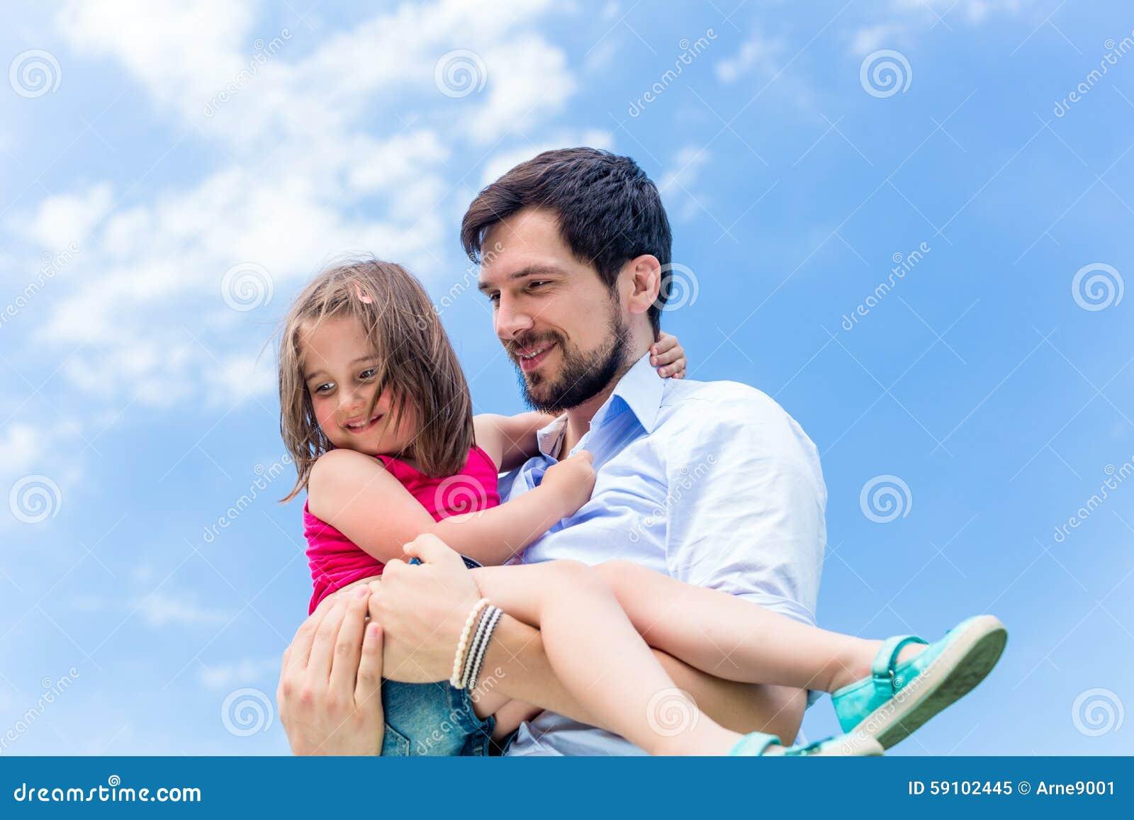 保护她的父亲运载的女儿