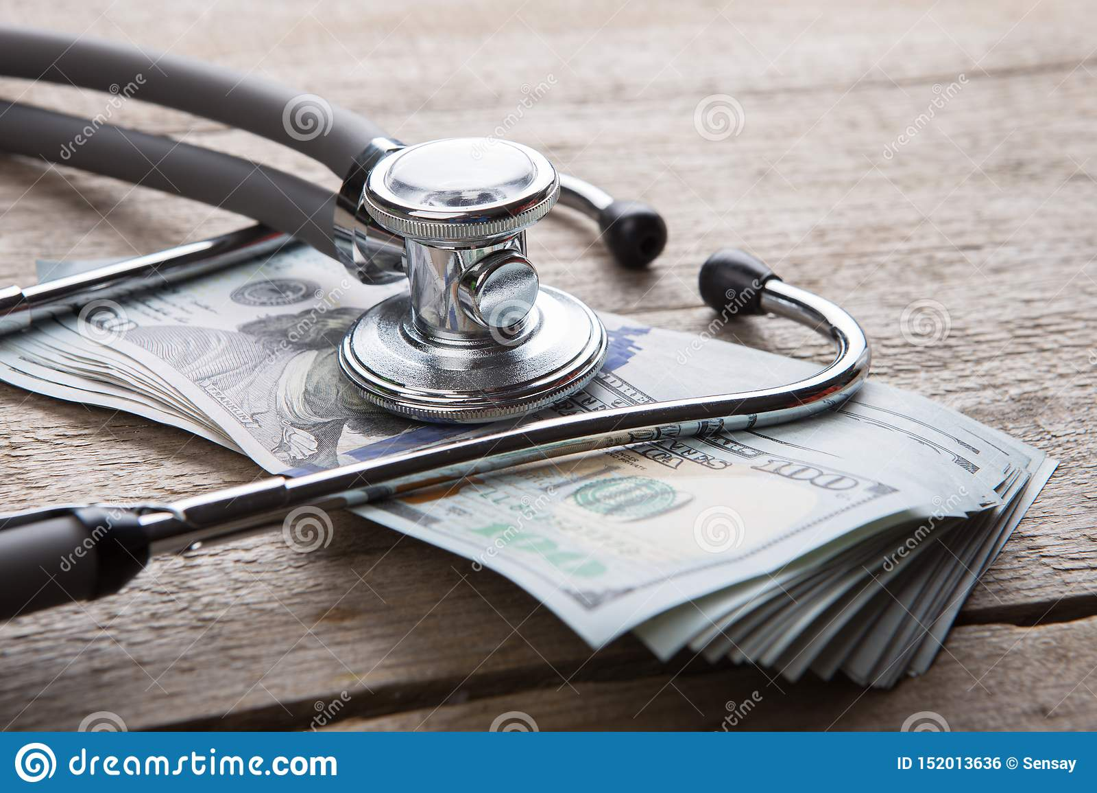 保险概念-在金钱的听诊器
