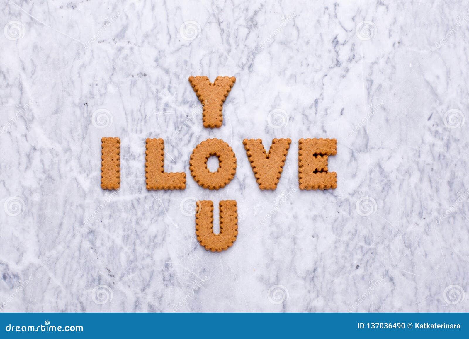 信件曲奇饼我爱你在大理石背景