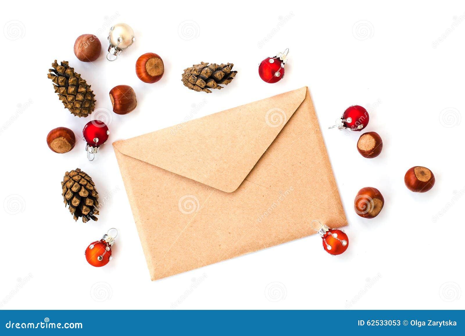 信封、锥体、榛子和圣诞节装饰