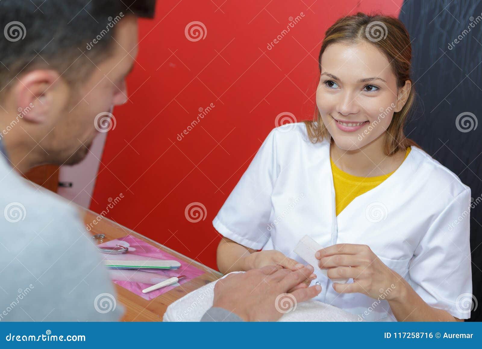 修剪做邮件手指钉子关心的专家妇女