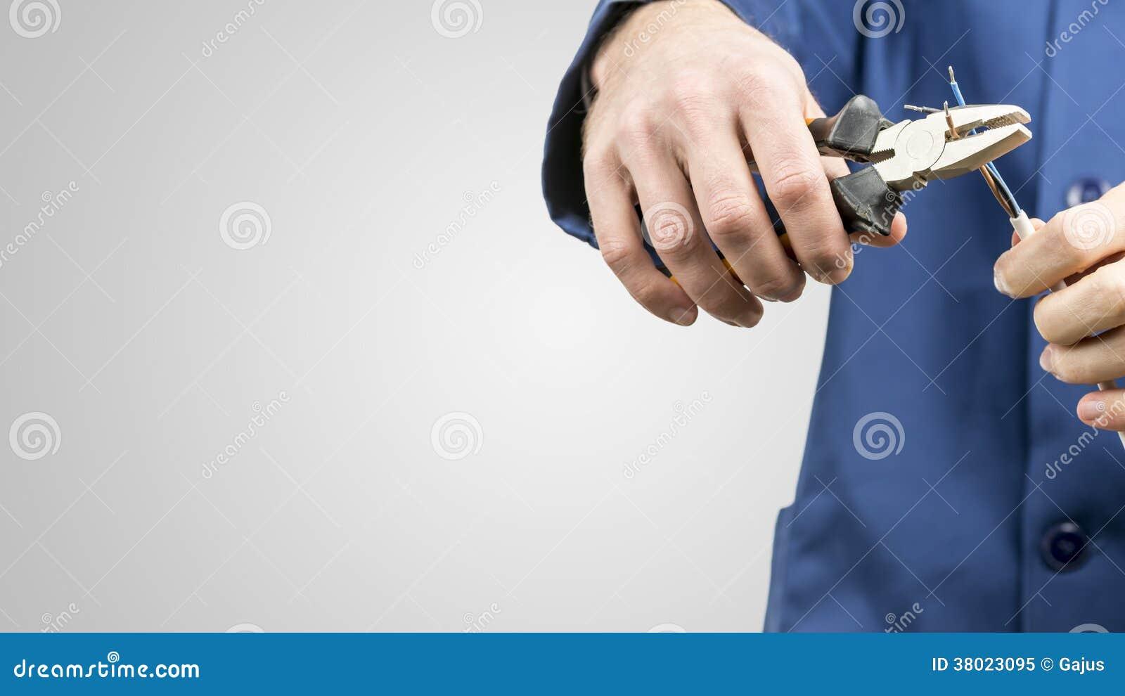 修理一个电缆的工作员