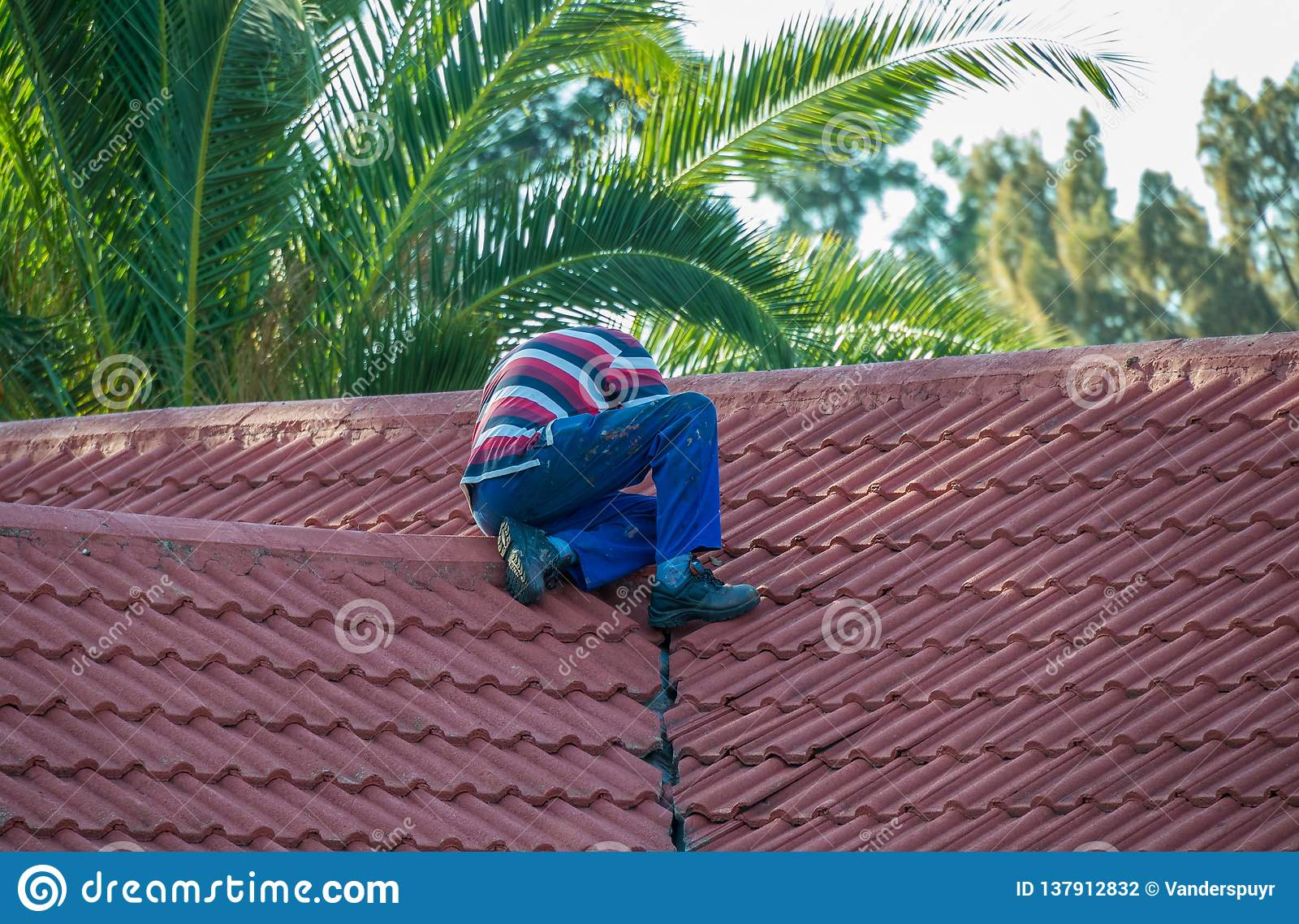 修理他的物产的屋顶房主
