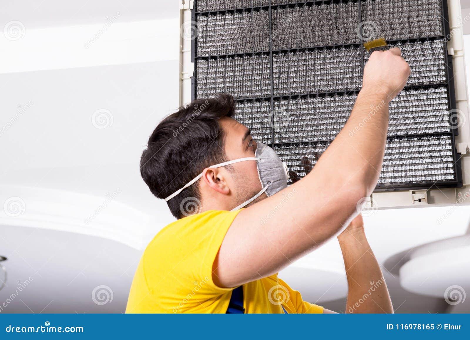 修理天花板空调装置的安装工