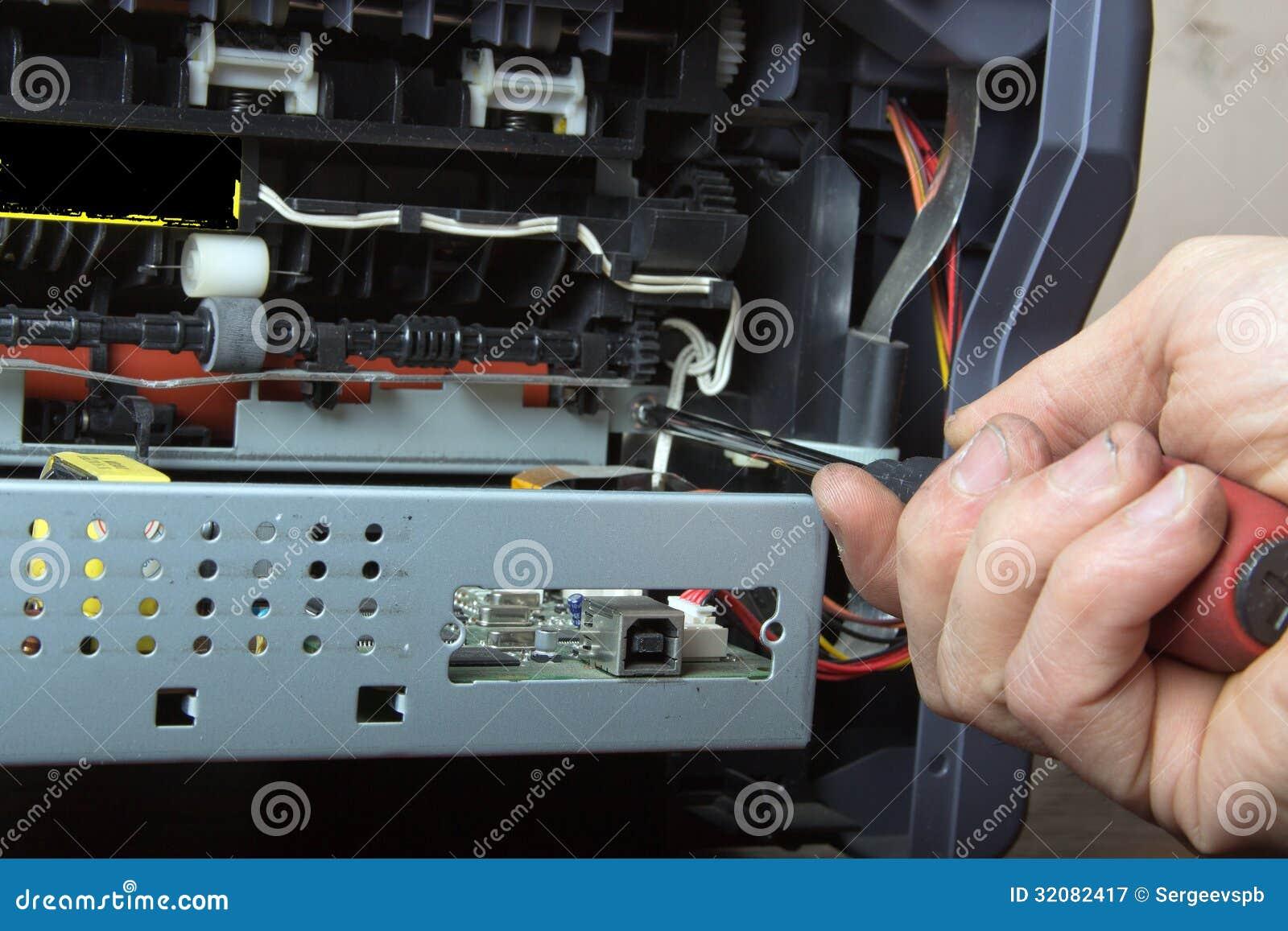 修理激光打印机的人的手