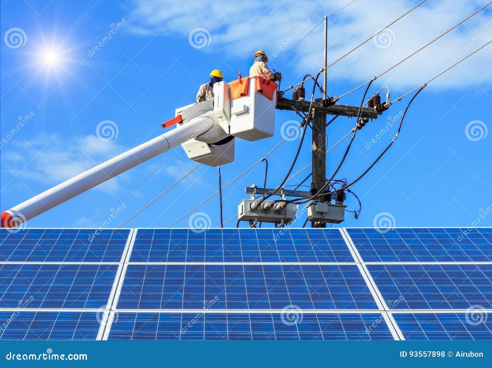 修理输电线的导线的在桶水力举的平台的电工有在太阳能驻地的photovoltaics的