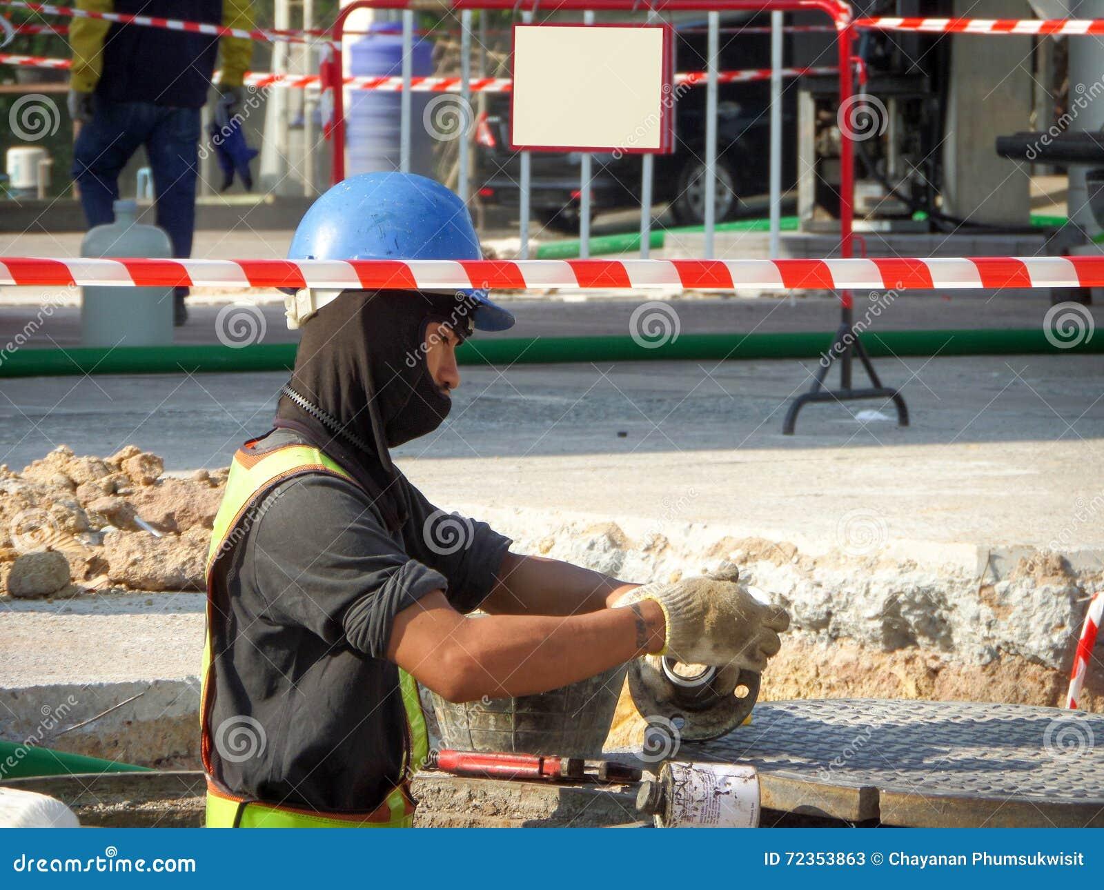 修理维护燃料管地下stati的技术员