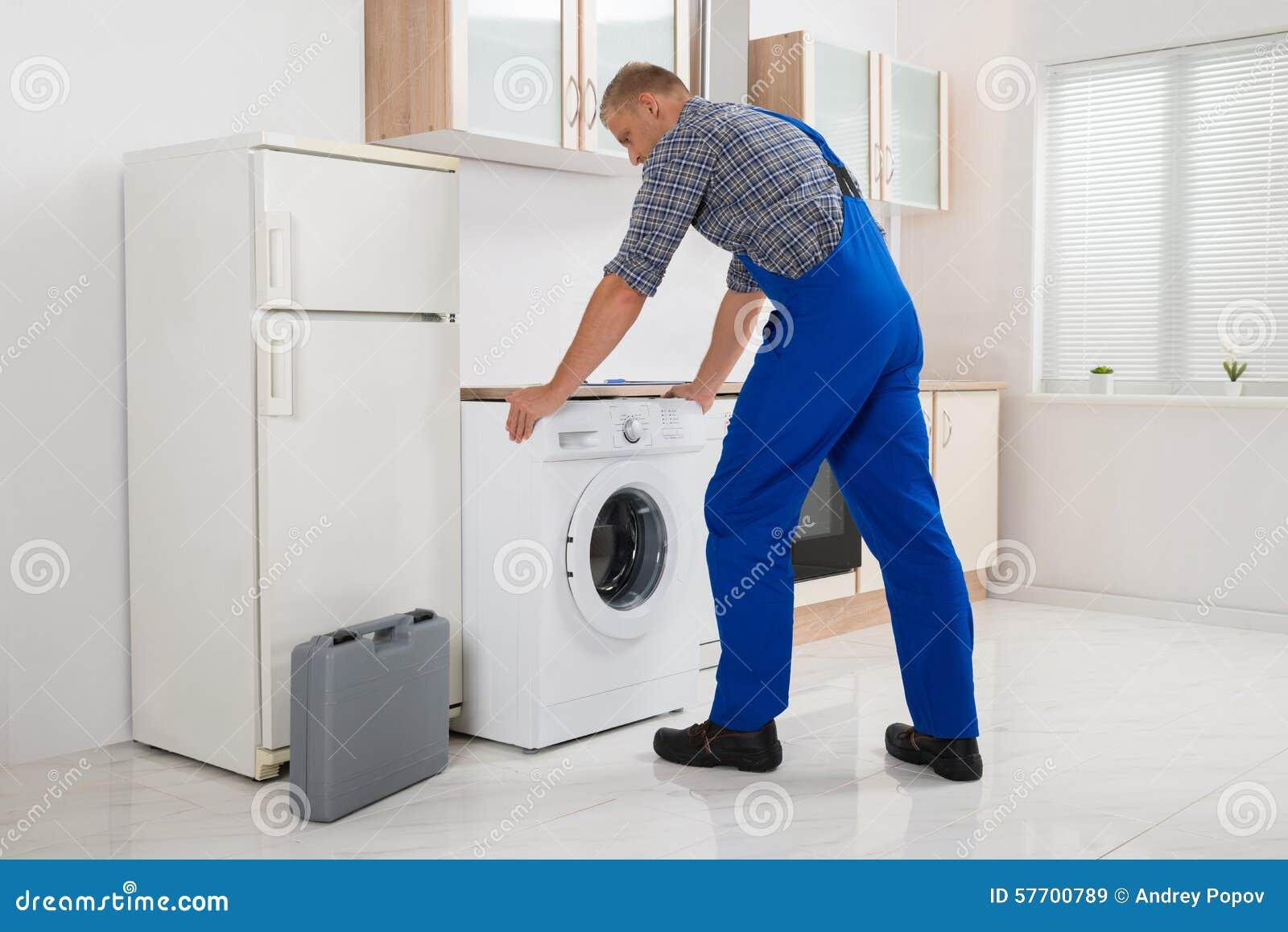 修理洗衣机的工作者