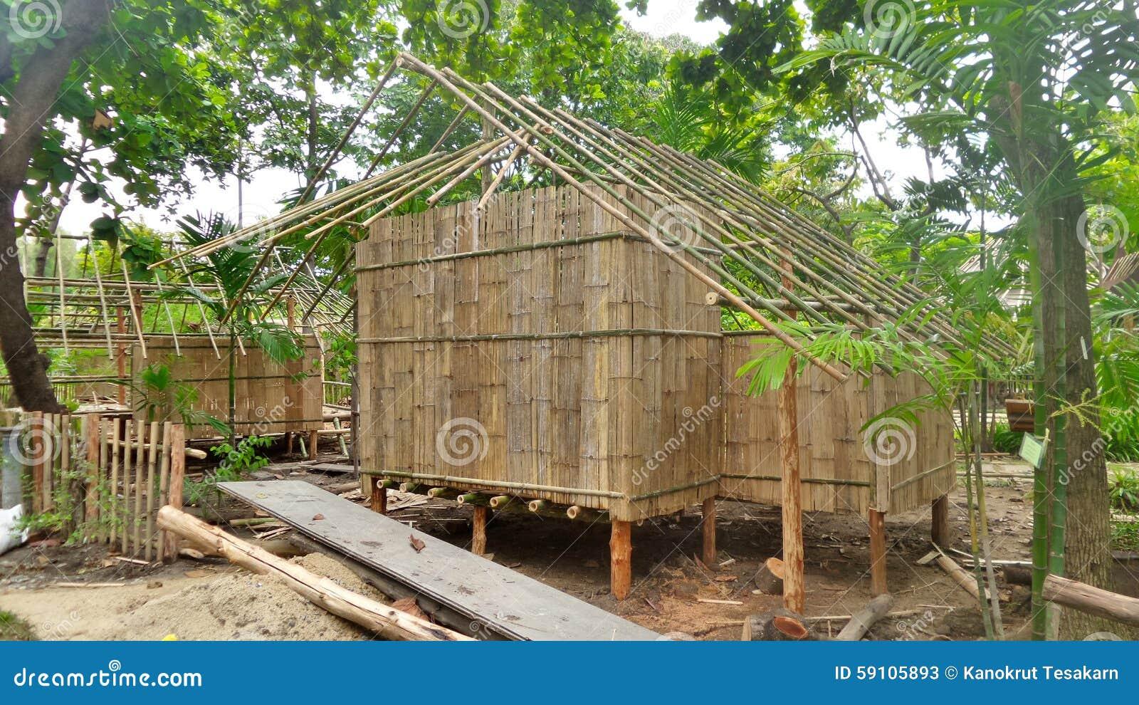 修造一个竹小屋在热带森林在泰国