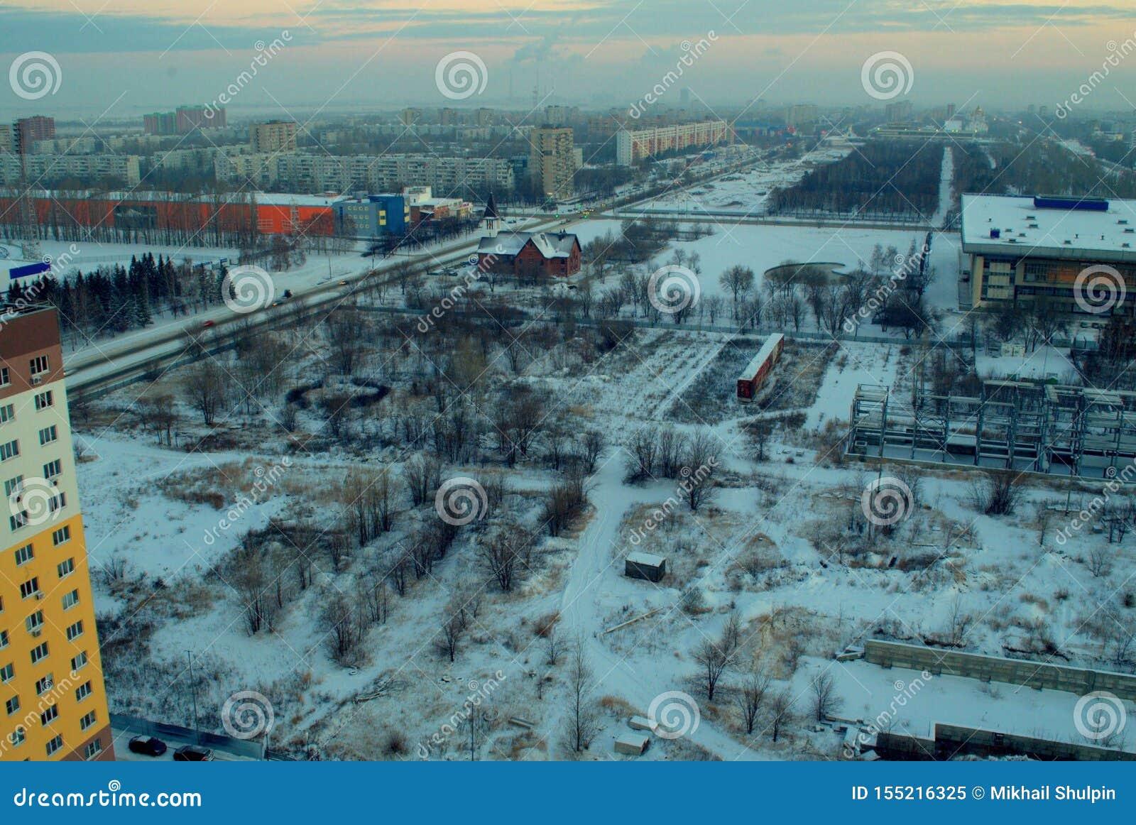 俯视我们的法蒂玛罗马天主教堂和革命街道的夫人的教区冬天城市的全景