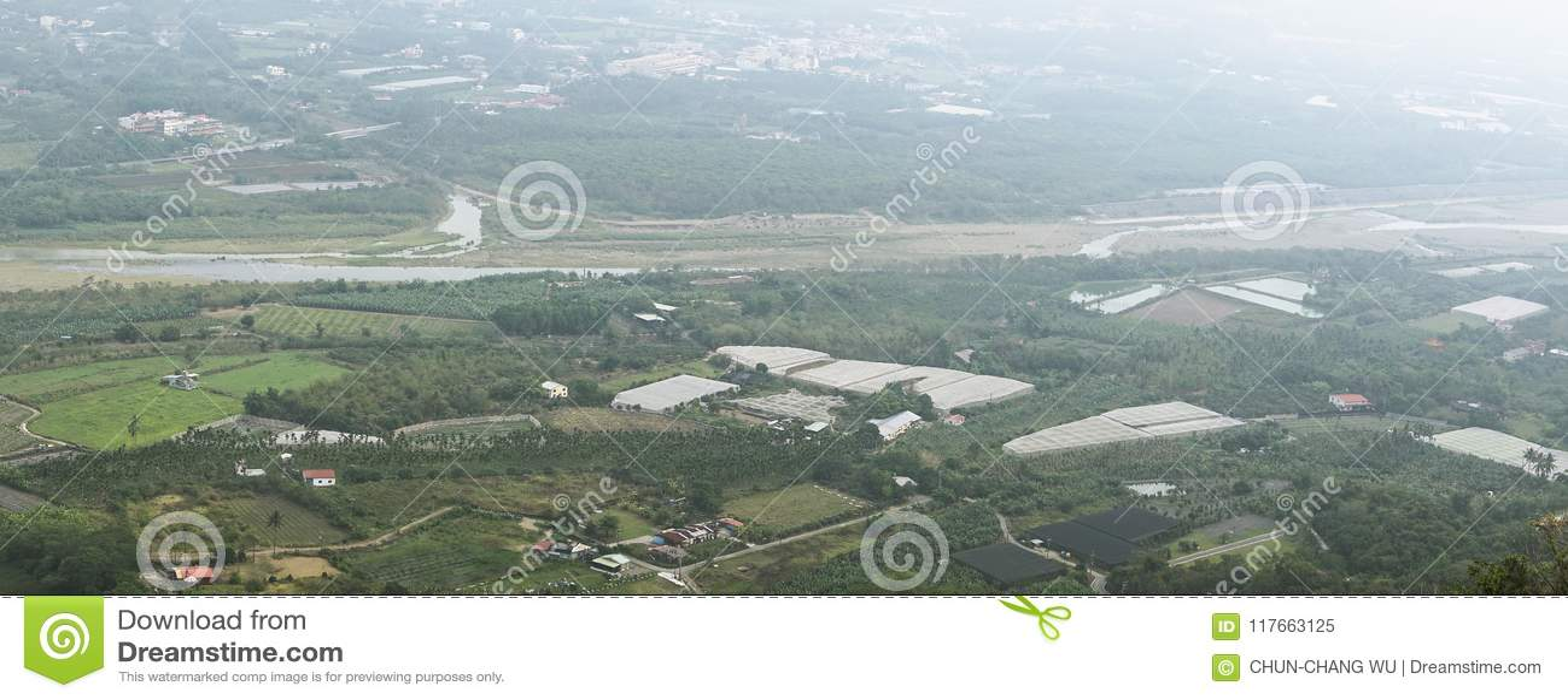 俯视的农田和街景画从旗尾山在旗...