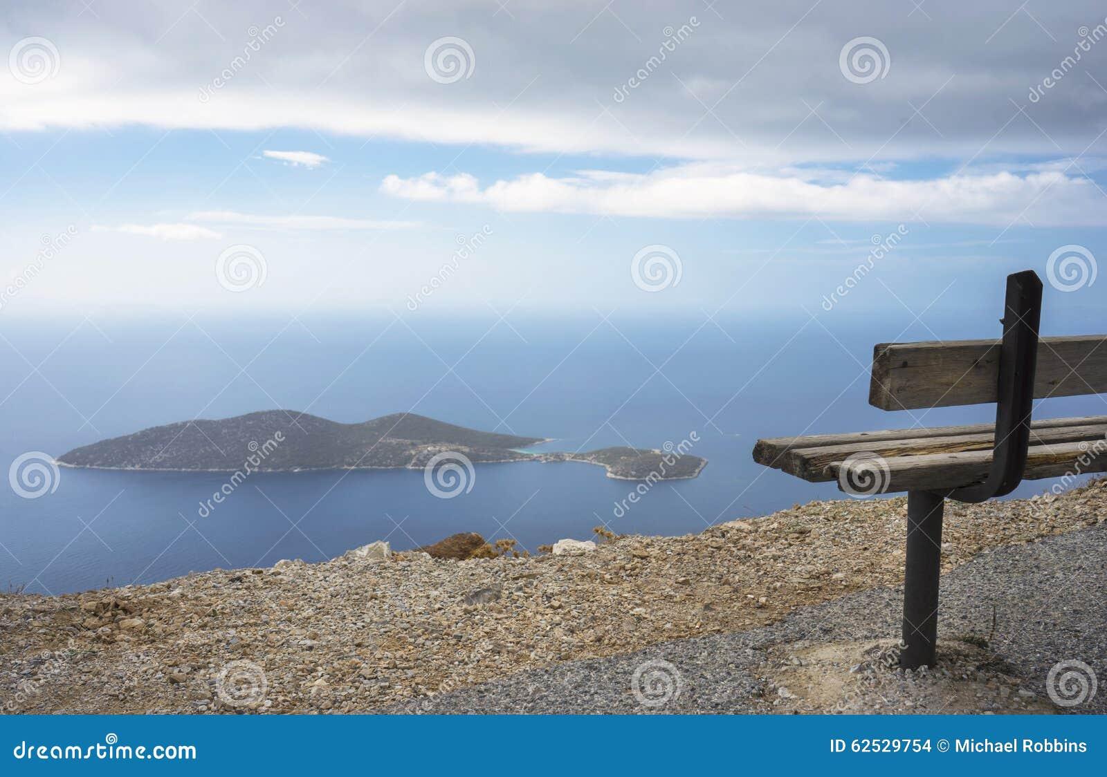 俯视萨米奥普拉岛的小岛长凳