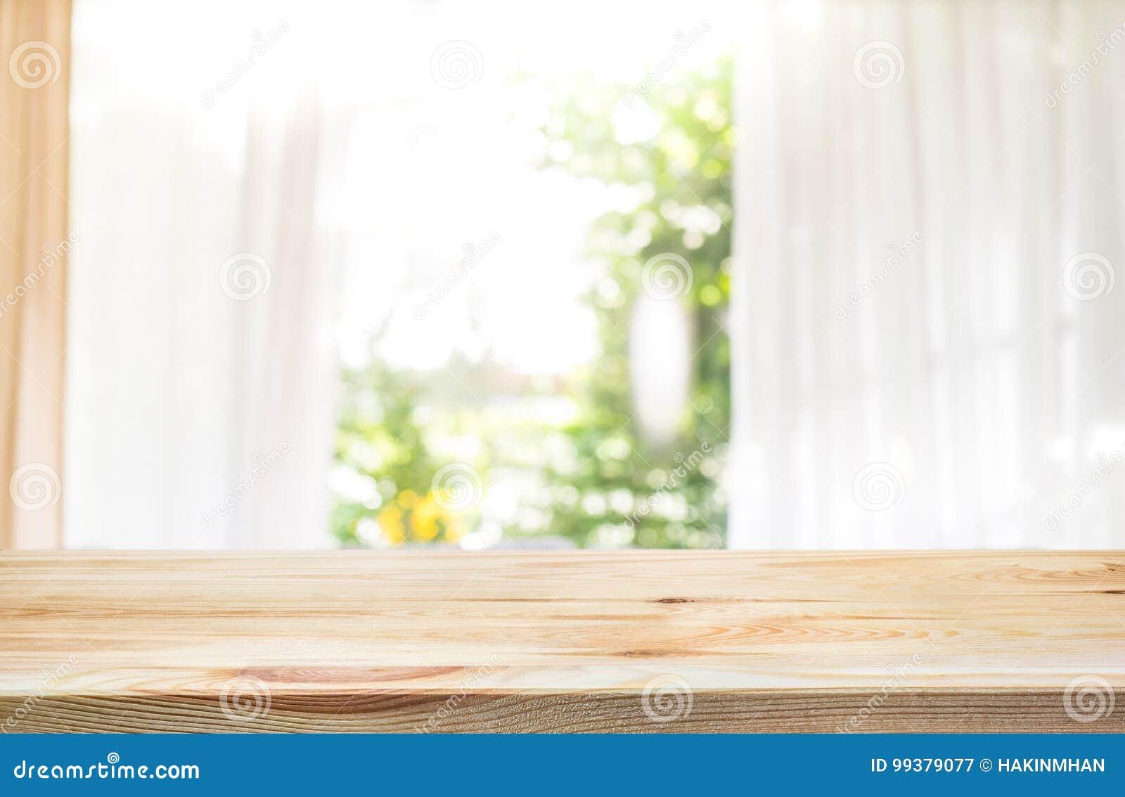 倒空在帷幕窗口和庭院迷离的木台式
