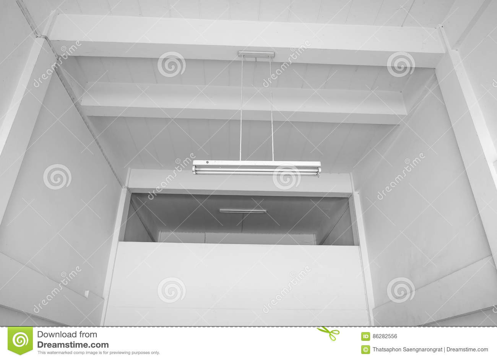 倒空有白色墙壁的,与灯的白色天花板绝尘室