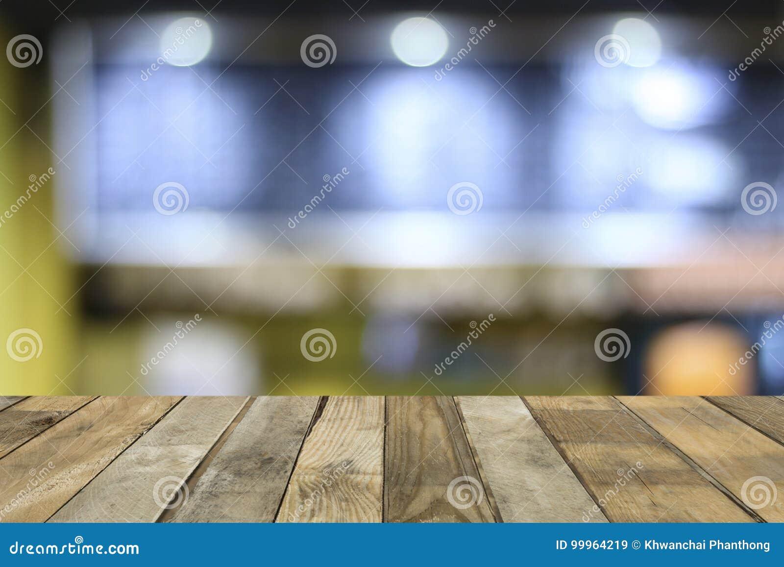 倒空礼物的木桌地板并且显示产品在咖啡店,并且夜总会背景,复制投入的对象空间