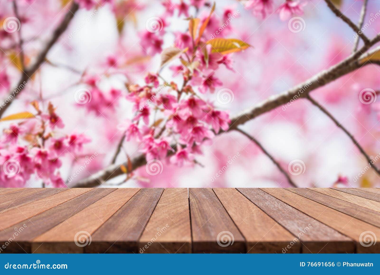 倒空顶面木桌和花田被弄脏的背景