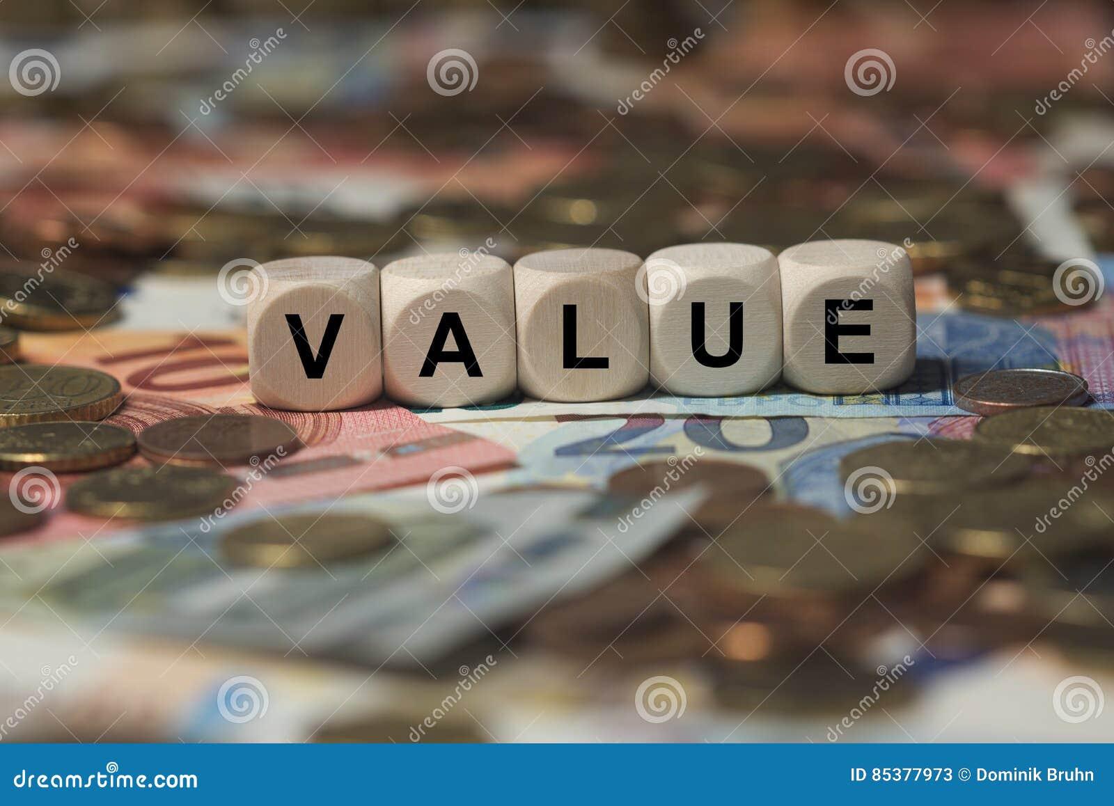 价值-与信件,金钱区段期限的立方体-与木立方体的标志