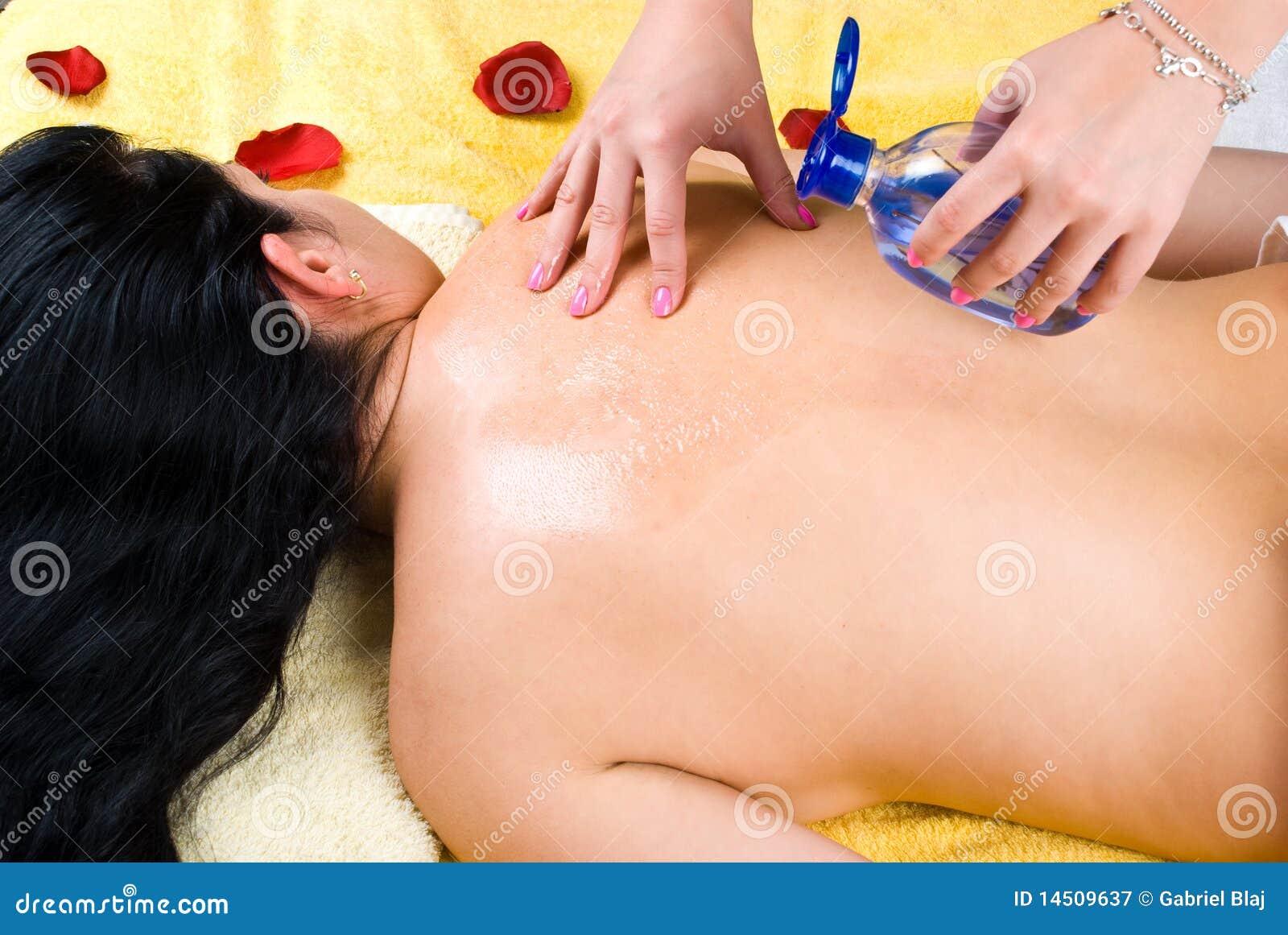 倾吐的按摩在妇女返回上油在温泉